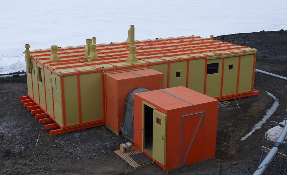 Im Laufe des Jahres 2016-2017 hat das Team des Antarctic Heritage Trusts in mehr als 5700 Stunden die Hillary Hütte (TAE Hut) sorgfältig restauriert und mehr als 500 Artefakte bewahrt. Nach dem Entfernen des Schrägdaches, das 1989 installiert wurde, um ein Leckproblem zu beseitigen, wurde das alte Dach verstärkt, neu gestrichen, und die Rauchabzüge wieder installiert. (Bild: Antarctic Heritage Trust)
