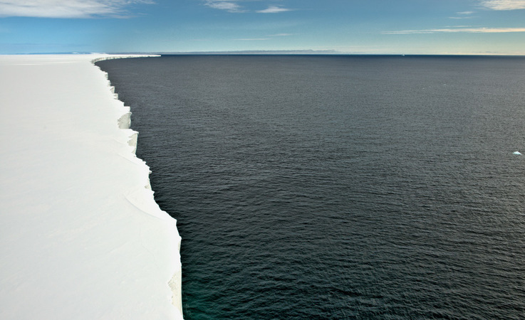 Eisschelfe wie das riesige Rosseisschelf ragen viele hundert Kilometer weit ins Südpolarmeer.