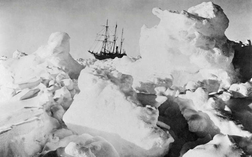 Die Endurance anno 1915, eingefroren im Weddellmeer. Das Wrack wird 2022 wieder gesucht. (Bild: Frank Hurley)