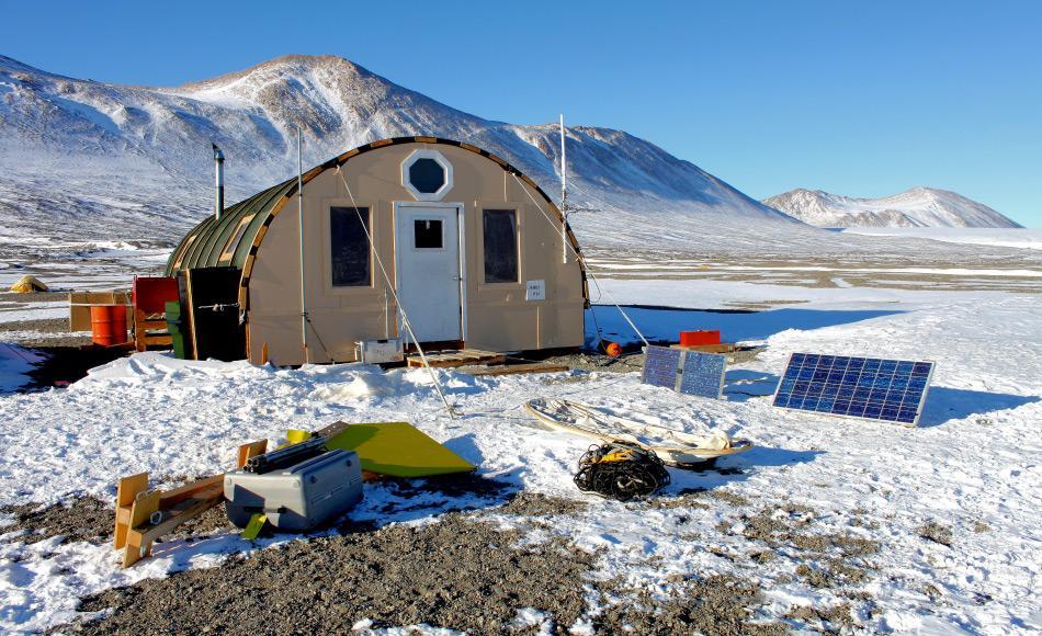 Feldlager am Fryxellsee in den McMurdo Trockentälern in der Antarktis (Foto: Eli Duke, via Wikipedia).