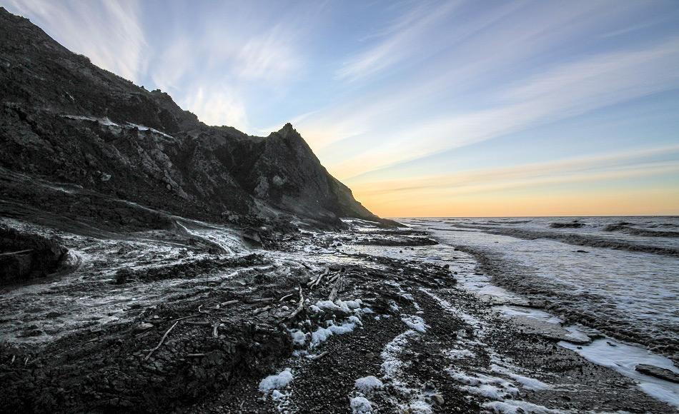 Sedimentschleier im Wasser vor der Küste Herschel Islands, Yukon, Kanada. Die Sedimente wurden entweder durch Küstenerosion oder durch kleine Flüsse in das Meer eingetragen. Foto: Jaroslav Obu