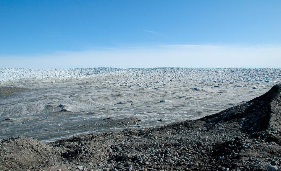 Der grönländische Eisschild ist die zweitgrösste Eisdecke und Süsswasseransammlung weltweit. Ihr enormes Gewicht drückt die Insel tief in die Erdkruste hinein und hinterlässt viele überflutete Regionen, wenn das Eis plötzlich wegschmelzen sollte. Bild: Michael Wenger
