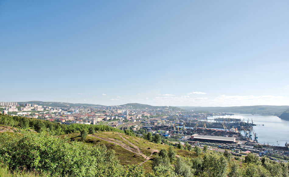 Der Hafen von Murmansk liegt tief in einem Fjord und ist der einzige grosse eisfreie Hafen an der russischen Nordküste. Daher haben hier sowohl die russische Nordmeerflotte wie auch die Eisbrecherflotte ihren Hauptstützpunkt und sind die grössten Arbeitgeber der Region. Bild: Michael Wenger