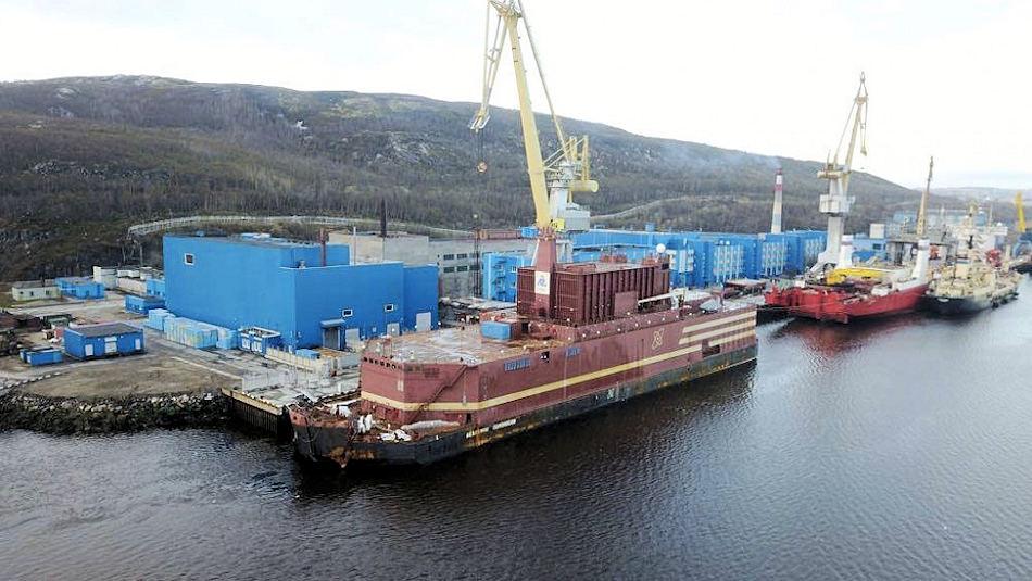 Die Akademik Lomonosov, hier im Hafen der Atomeisbrecherflotte nahe Murmansk, ist 144 m lang, 30 m breit und hat eine Besatzung von 69 Personen. An Bord sind zwei modifizierte Kernreaktoren mit einer Gesamtleistung von 70 Megawatt. Bild: Blogger 51